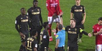 法甲球员巴卡约染红之后热尔松竟推搡裁判 或将