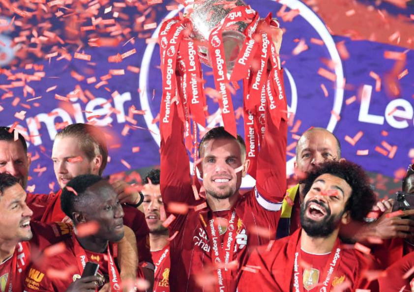 利物浦众将捧起了英超冠军奖杯,亨德森表示非