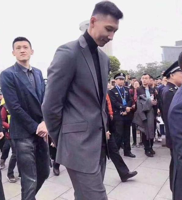 看了这篇文章你会发现易建联是中国男人的榜样