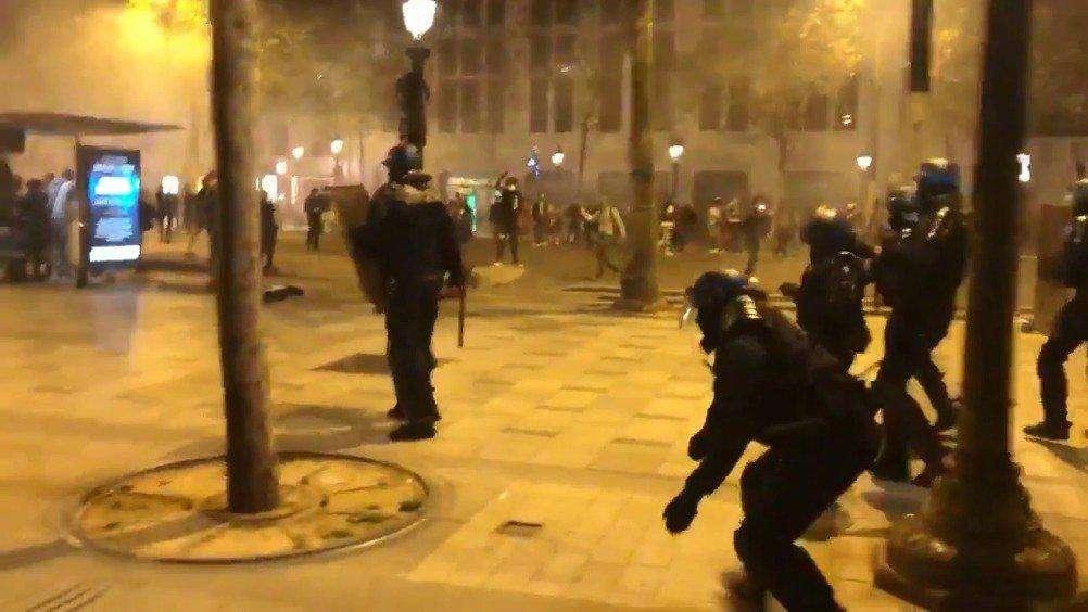 欧冠决赛后巴黎球迷与警察发生冲突 巴黎球迷为