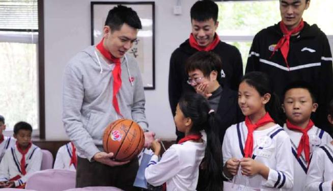 辽宁男篮最新消息 杨鸣带领球员去校